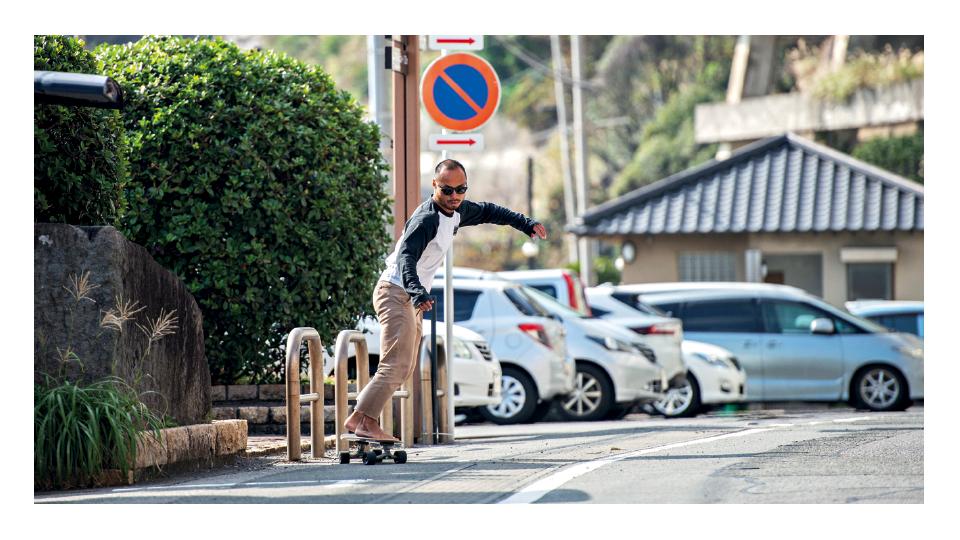 Masatoshi Ono, lenda do surf local e anfitrião do grupo, andando de skate e se aquecendo para mais uma sessão na água.