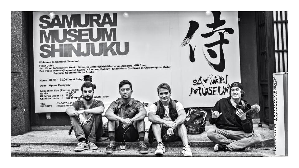 A equipe num raro momento de folga, em Tóquio: o diretor de fotografia Gustavo Ferolla, Dennis Tihara, o diretor Rafael Mellin e o cinegrafista Erick Proost.