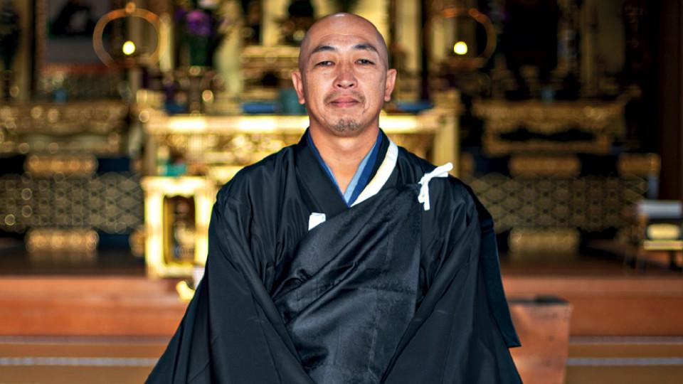 O monge surfista Makoto Shimasaki, para quem o grupo teve que pedir autorização para pegar ondas no sul do Japão.