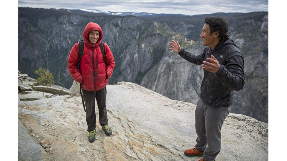 O alpinista Alex Honnold (à esq.) durante a produção de Free Solo, ao lado de Jimmy Chin, que, junto de Elizabeth Chai Vasarhelyi, dirige o documentário