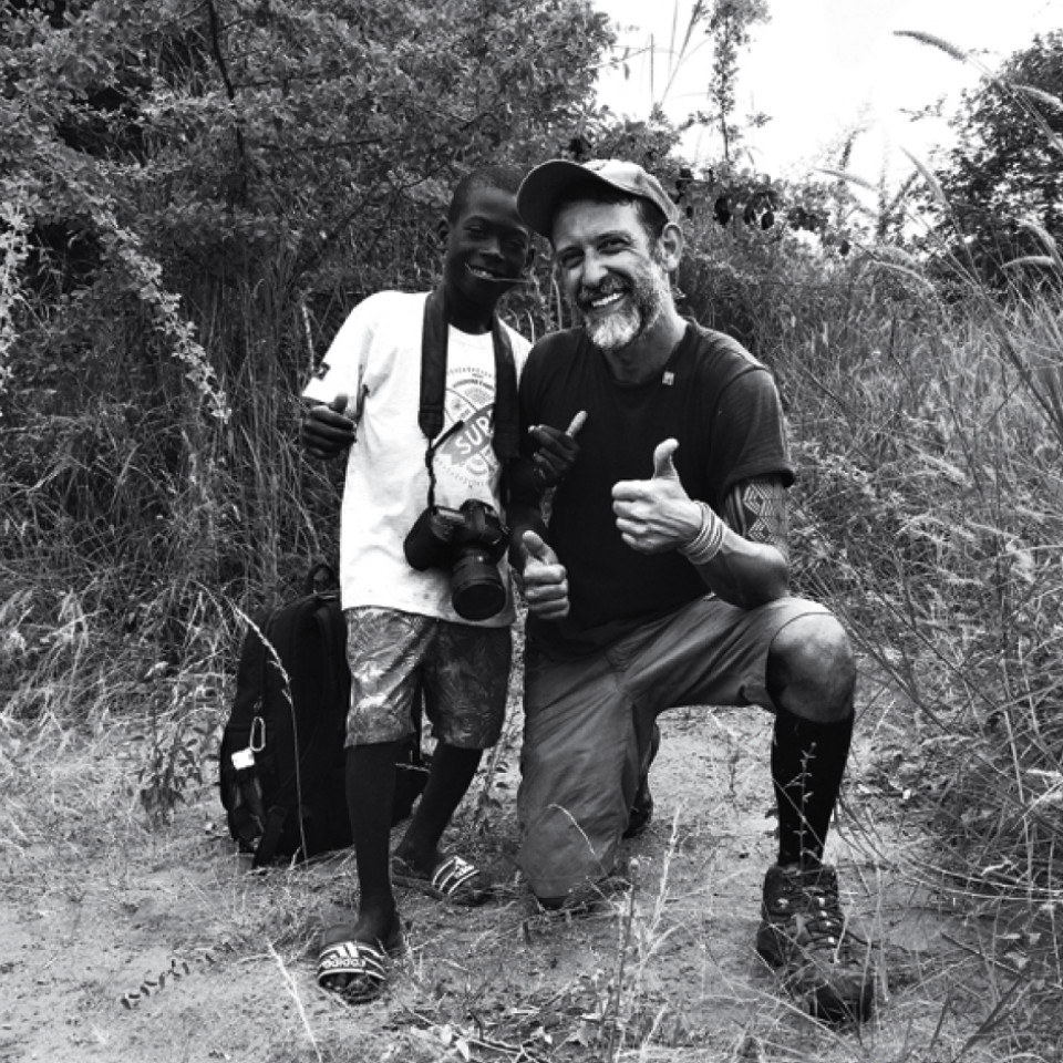 Flavio Forner e o garoto Zezito, garoto que marcou a passagem do fotógrafo por Catanas Point, na Angola