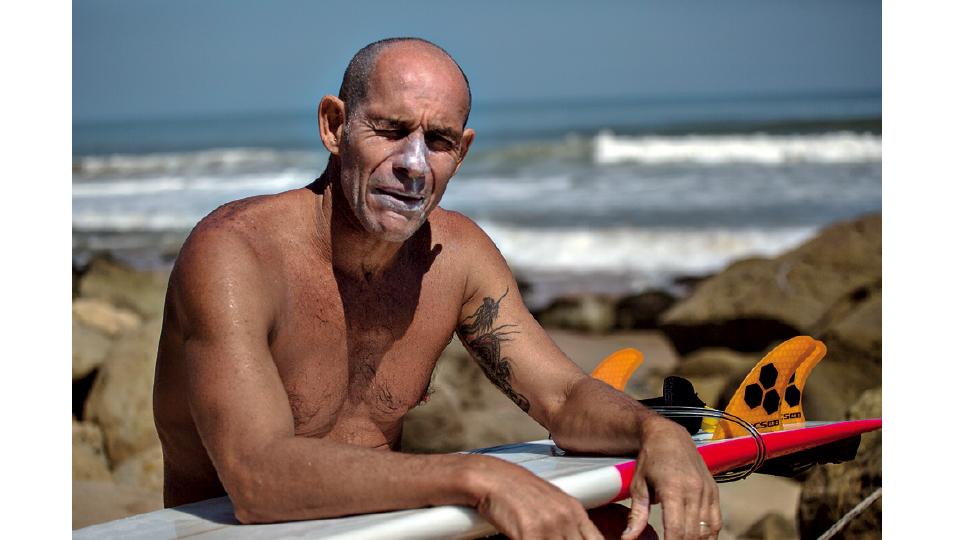 Sergio Torres se prepara para cair no mar em paraíso perdido na Angola