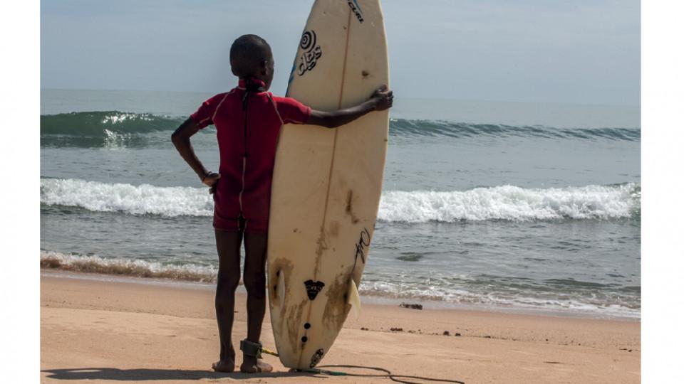 Garoto angolano se prepara cair no impressionante mar da praia do Dengue