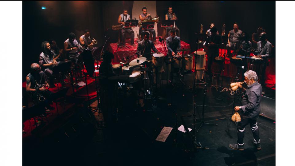 Na orquestra, Letieres compõe, arranja, rege, toca sax e agogô