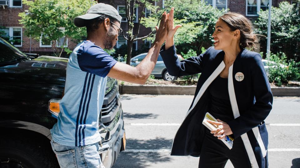 Ex-bartender e filha de uma porto-riquenha, Alexandria levou sua campanha com um discurso de esquerda, em defesa da classe trabalhadora