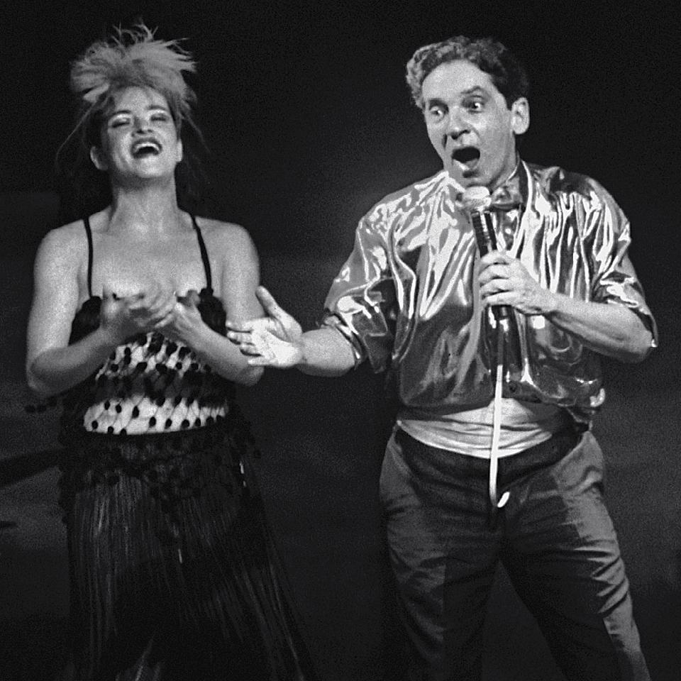 Domingos e a filha Maria Mariana em cena no Cabaré Filosófico, dirigido por ele em 1998.