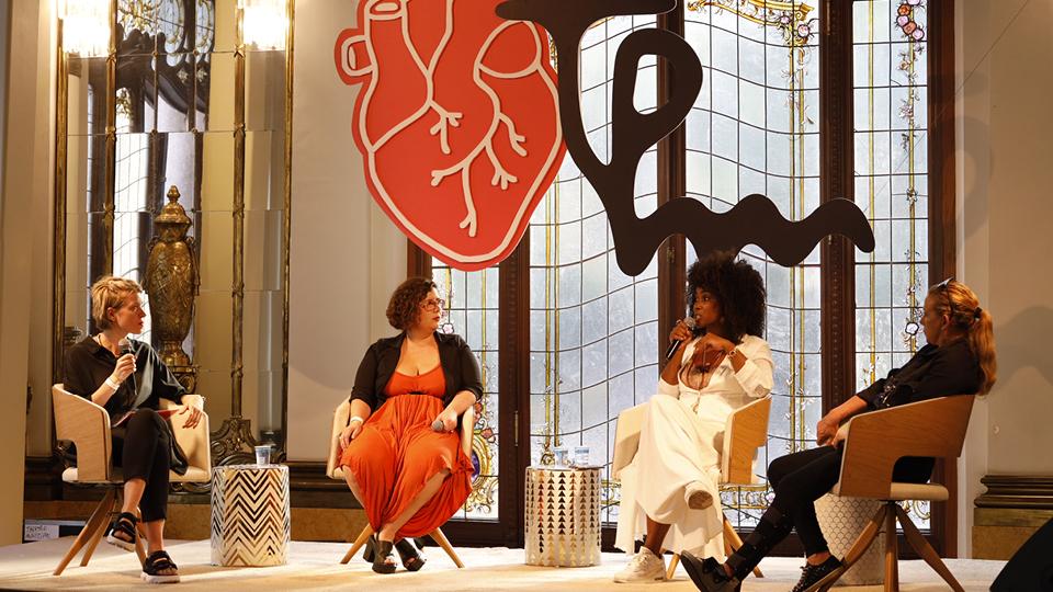 A jornalista Luara Calvi Anic mediou o papo entre a psicanalista Mayara Ferreira, a atriz Kenia Maria e a cantora Rita Cadillac