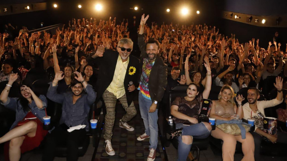 """Com o cantor Falcão, na pre-estreia de """"Cine Holliúdy 2: A chibata sideral"""" em Recife, no dia 20 de março"""