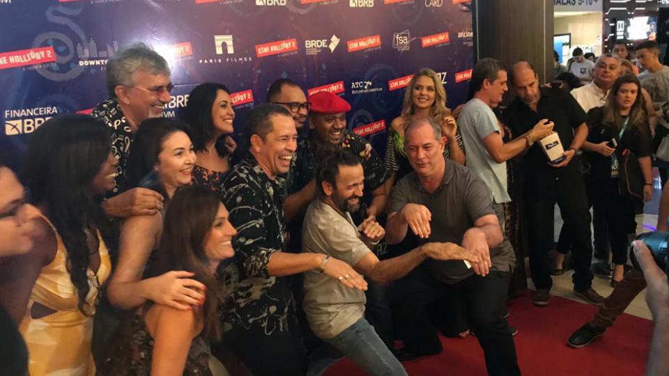 Ciro Gomes marca presença em todas as estreias de Halder; nesta, o encontro marcava a pre-estreia de Cine Holliúdy 2 em Fortaleza, no dia 13 de março