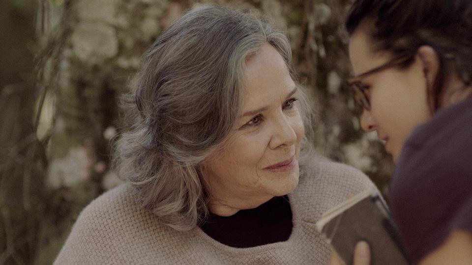 """Rosiska Darcy de Oliveira ao lado de Bianca Comparato, que dirigiu o documentário """"Elogio da liberdade"""", sobre sua vida e obra"""