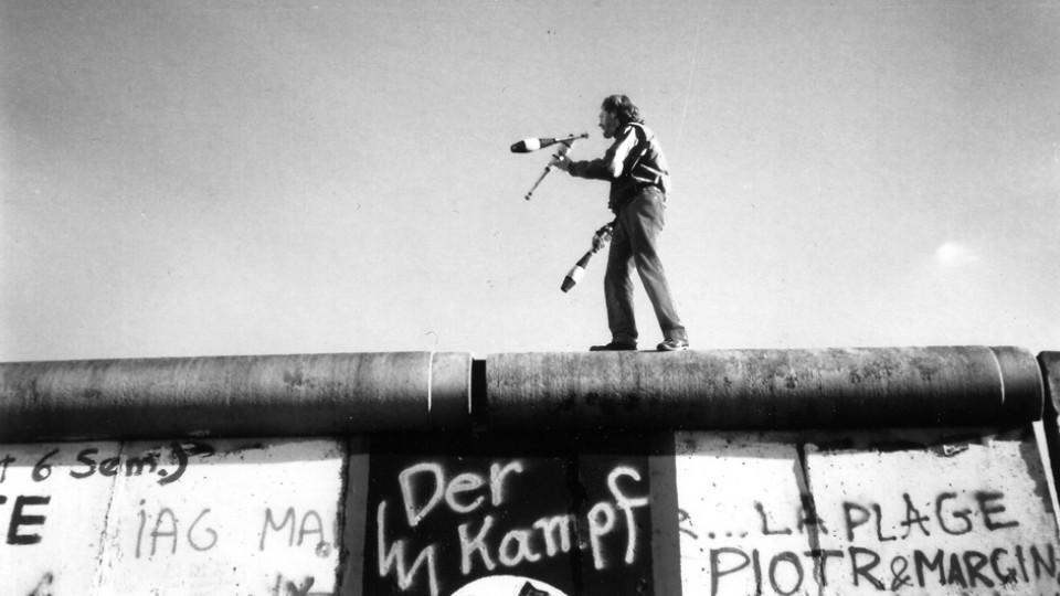 Para Roman,a queda do Muro de Berlim, em 1989, é resultado da ação de pessoas que aproveitaram uma oportunidade, uma das maneiras de viver o carpe diem
