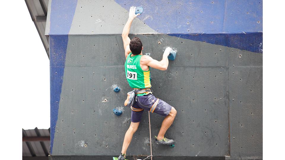 O paulistano Cesar Grosso é um dos atletas mais cotados para a Olimpíada de Tóquio, em 2020. Na foto, ele compete no Campeonato Panamericano de Escalada no Equador, que rolou em novembro de 2018