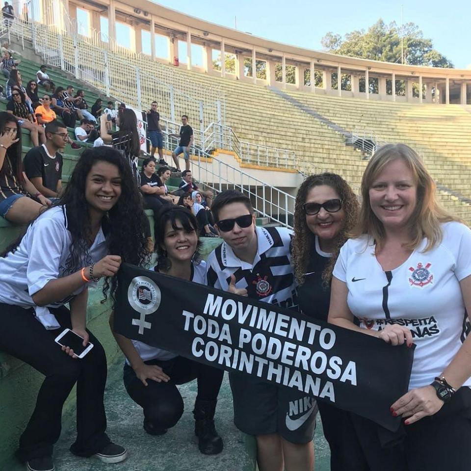 O  Movimento Toda Poderosa Corinthiana exigiu a produção de um modelo feminino de camisa do time