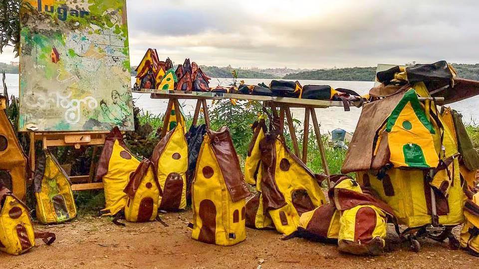 Mochilas criadas por Mauro às margens da represa Billings, no bairro do Grajaú, onde mora