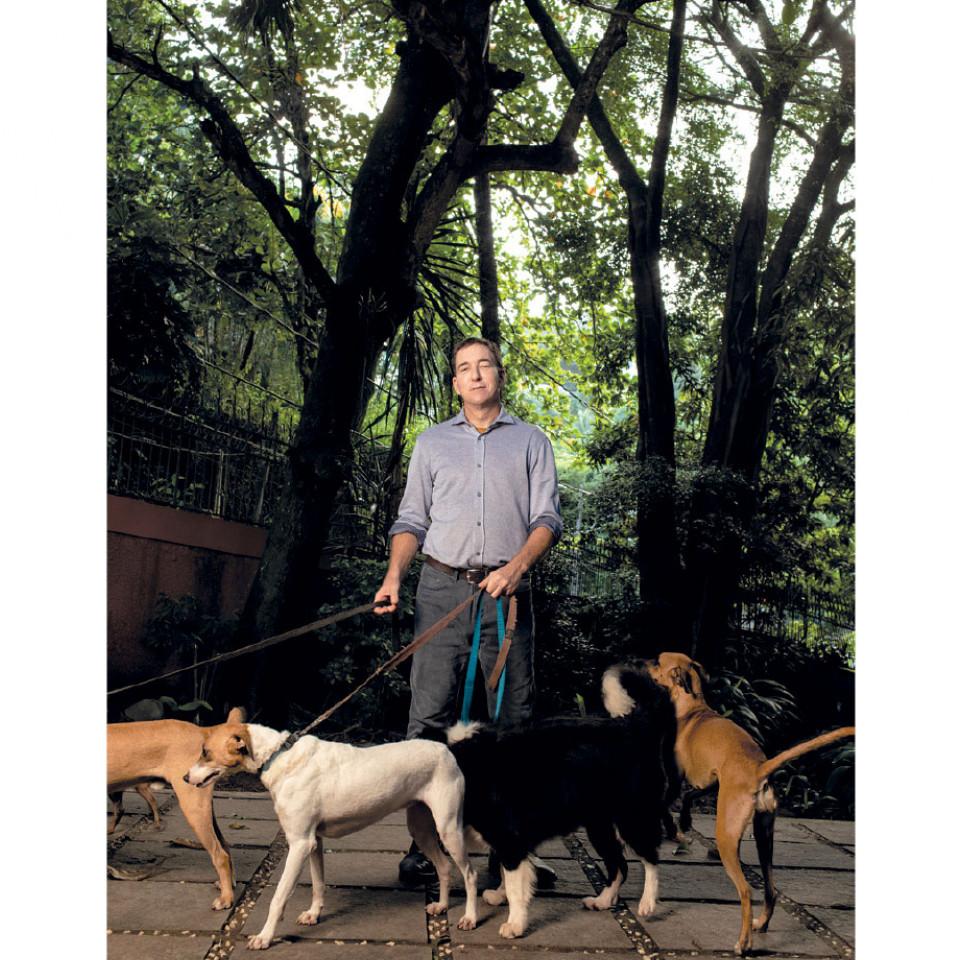 Glenn e seu marido David Miranda mantém um projeto social chamado Abrigo Hope, em Maricá, subúrbio do Rio. Lá, recolhem cães abandonados, que são cuidados por moradores de rua contratados por eles