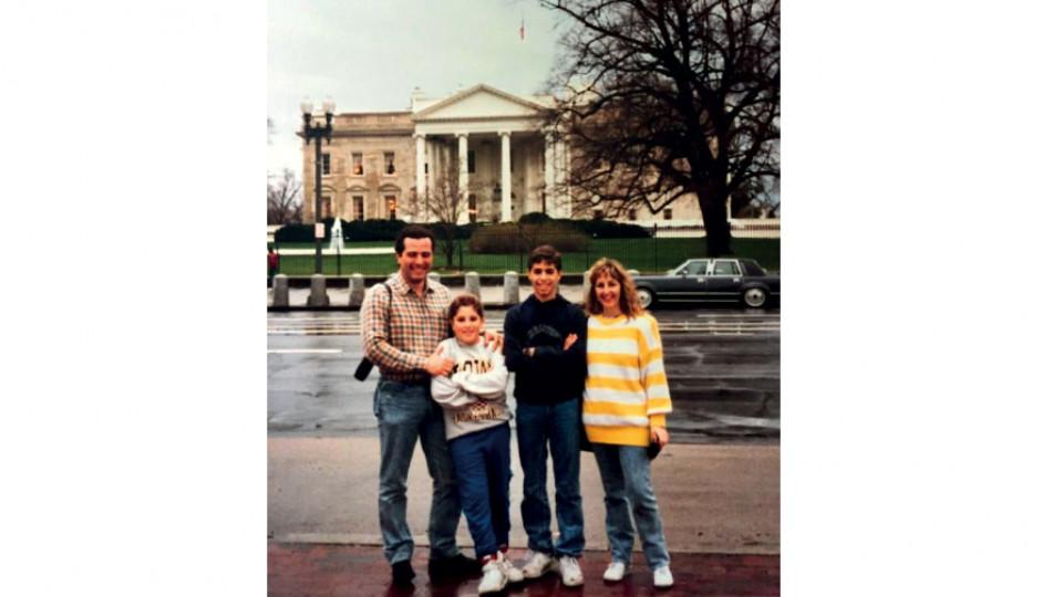 Mion, de moletom cinza, em Washington, durante uma road trip pelos Estados Unidos, em 1989
