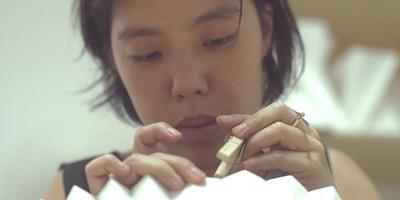 Melissa Kawahara constrói luminárias a partir de dobraduras