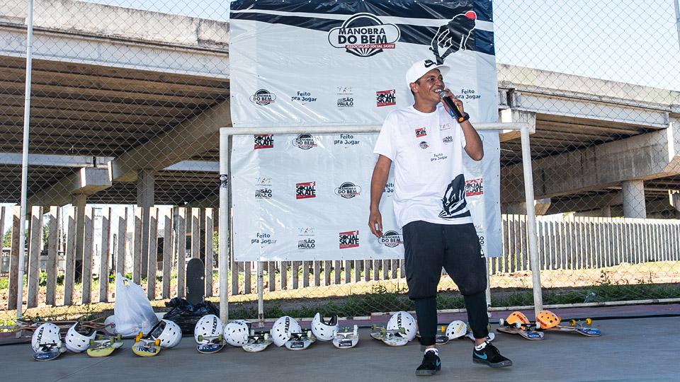 """""""Ele transformou o skate numa ferramenta de inclusão social"""", disse o premiado skatista Bob Burnquist, que entregou o prêmio para Testinha (na foto), em 2013"""