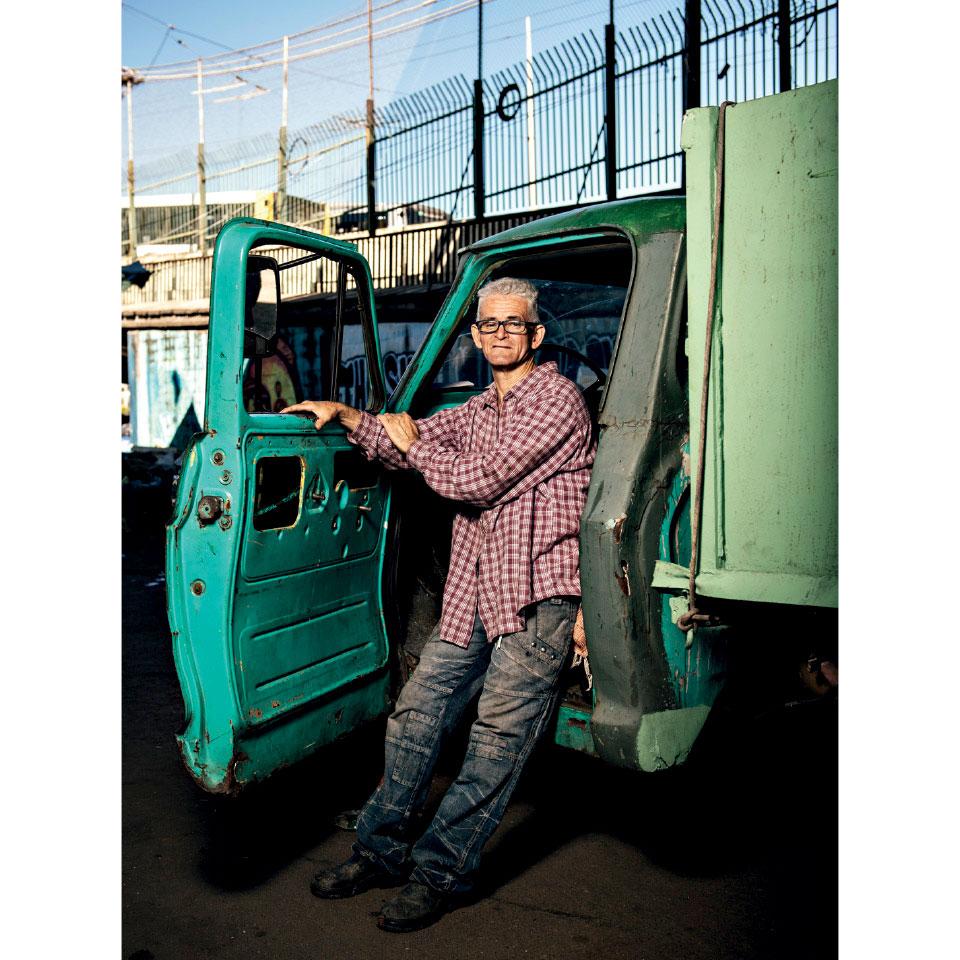 Arivaldo, 56 anos e uma vida puxando carroça. Pai de Cleiton, ele posa em sua Chevrolet C-10, ano 73