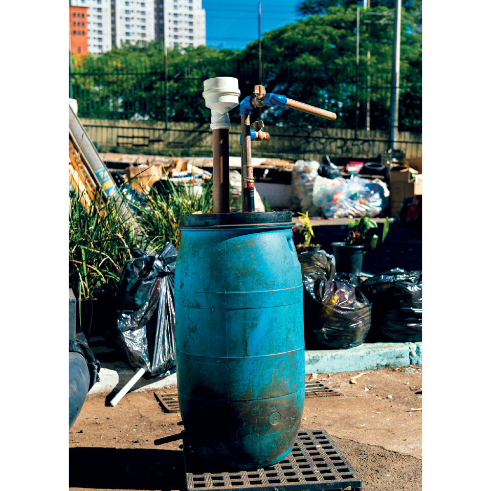 Biodigestor criado por Cleiton com material reciclável e replicado na viagem à África
