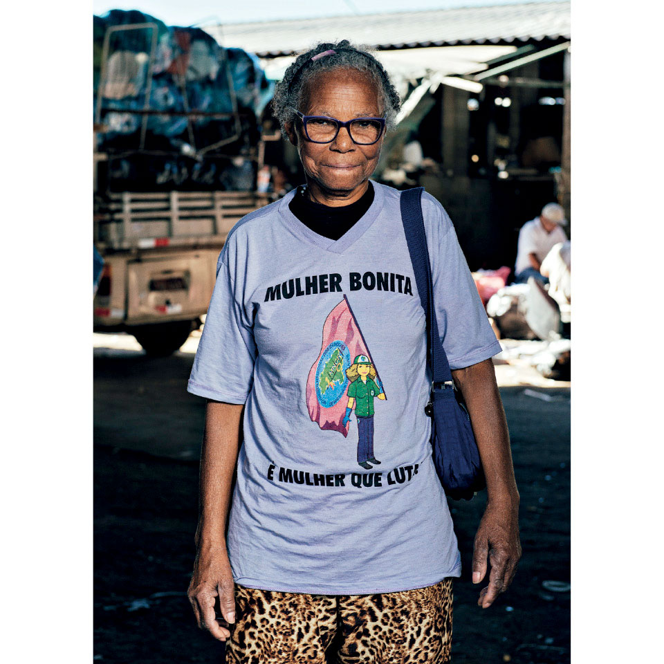 """Dona Tereza, que afirma ser a catadora mais velha do Brasil (seu RG diz 73 anos, mas foi registrada uma década depois de nascer). """"Com o meu trabalho criei 47 crianças"""""""