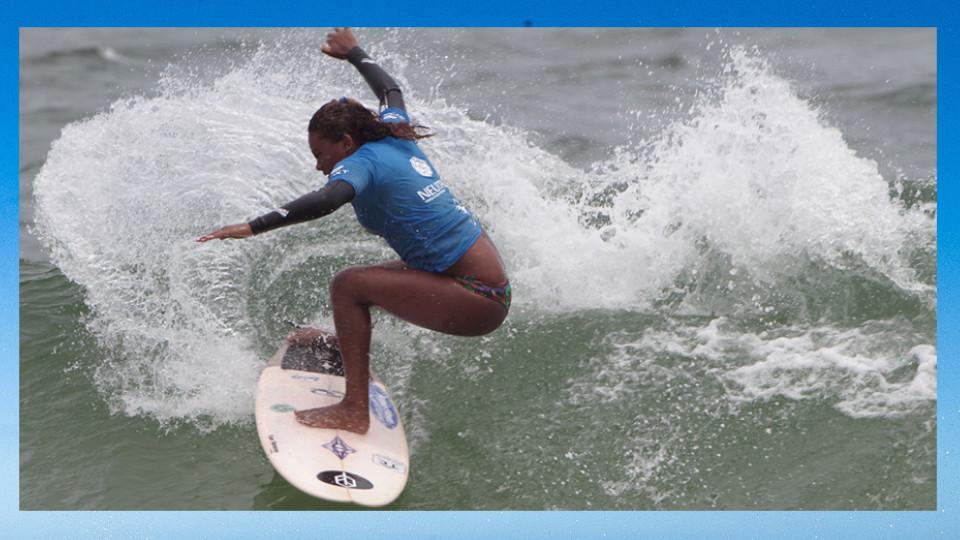 Yanca Costa, a surfista mais bem colocada no ranking nacional, competindo, em 2017