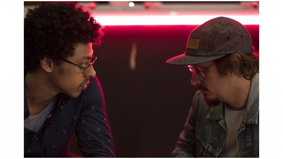 Na série, Biriba (Luis Navarro) e Vini (Daniel Furlan) se unem para tentar empreender no recém-surgido mercado canábico
