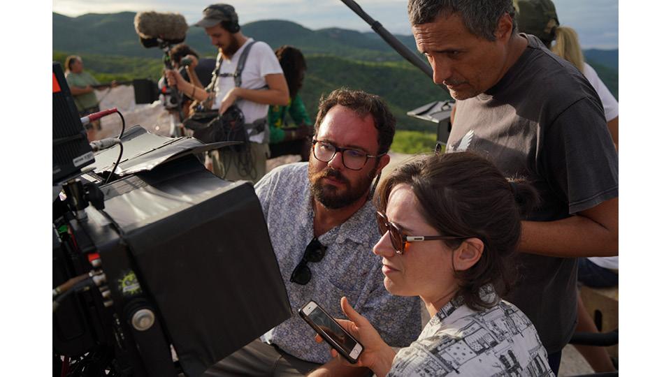 """Kleber Mendonça (em pé) ao lado do parceiro de direção em """"Bacurau"""", Juliano Dornelles, e da mulher, Emile Lesclaux, produtora de seus filmes"""
