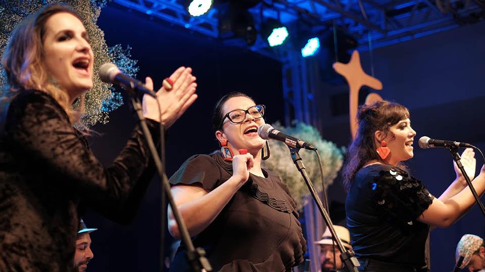 Mariana Furquim, Paula Sanches e  Flora Poppovic agitaram a pista com clássicos do samba