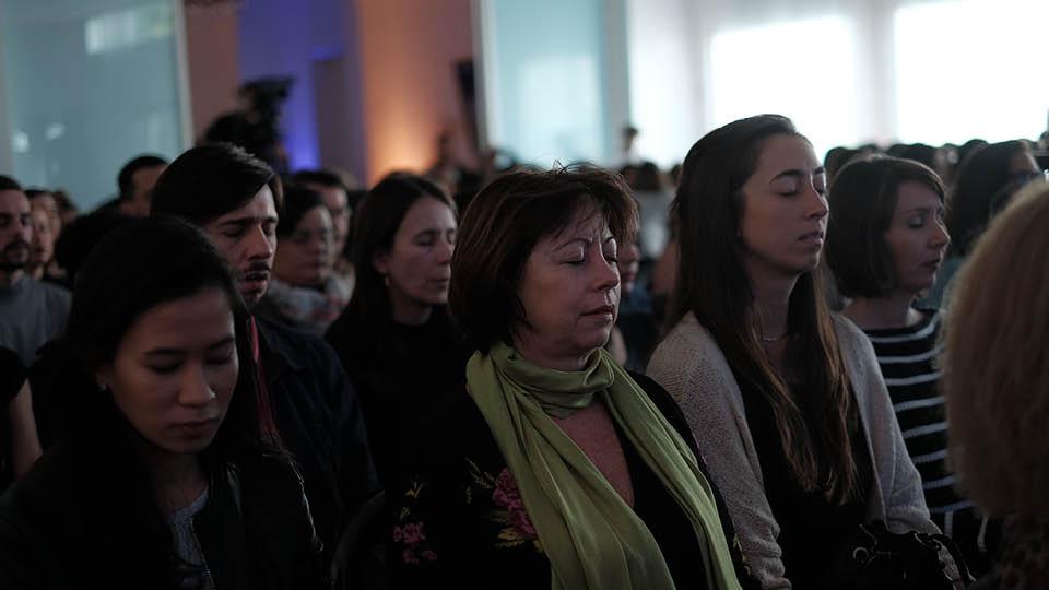 Público da Casa Tpm meditando na abertura do evento