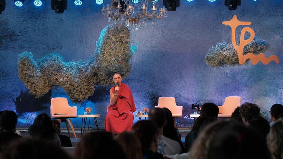 O monge Daniel Calmanowitz conduziu uma meditação para abrir os trabalhos do dia