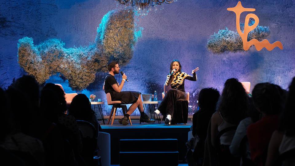 Alexandre Makhlouf, editor da Trip, recebeu no palco da Casa Tpm a apresentadora Sabrina Sato