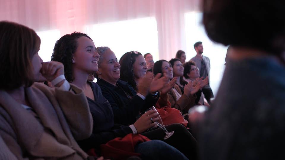 A plateia lotada durante a conversa