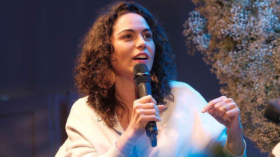 A podcaster Cris Bartis