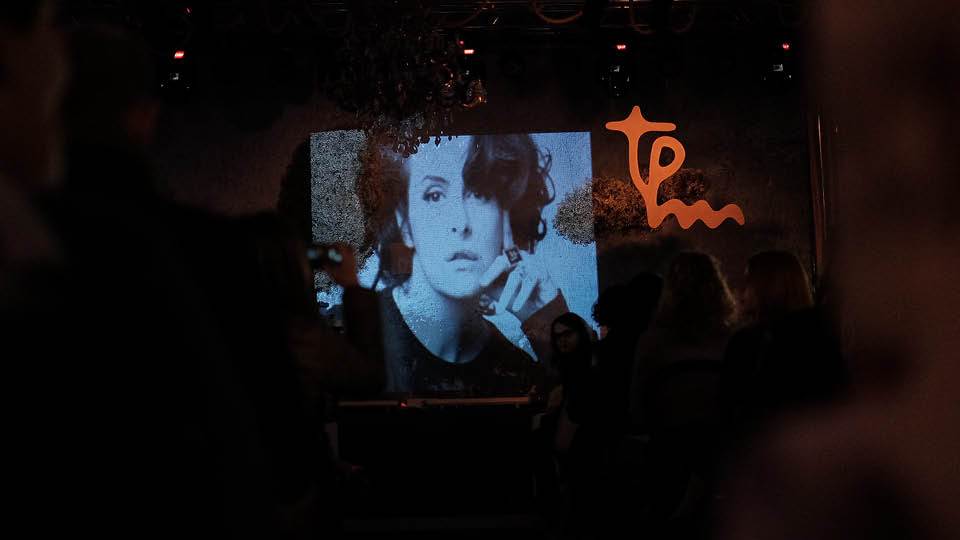 A foto de Fernanda Young projetada no palco durante a apresentação