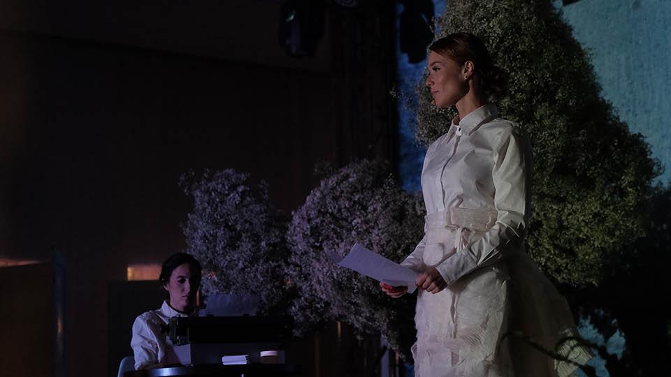 Mariana Ximenes e Flora Uchôa no palco da Casa Tpm