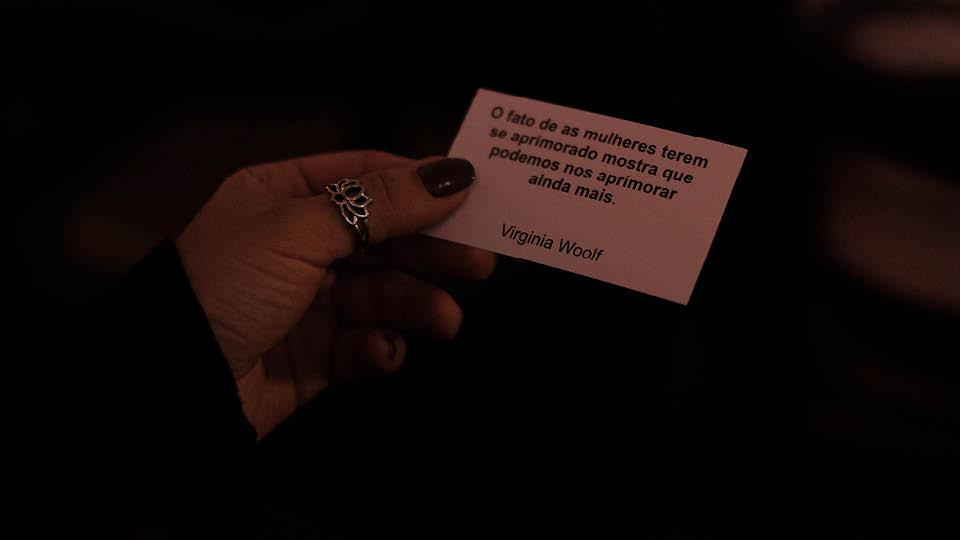 Um dos bilhetes distribuídos pela atriz durante a performance