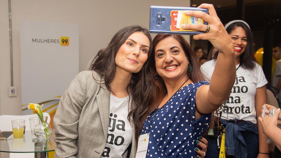 """Nathalia Arcuri com a camiseta """"Dirija como uma garota"""", uma parceria da 99 com a marca Peita. Todas as camisetas vendidas no evento tiveram 20% do valor arrecadado doado para o Fala mulher e Indique uma preta. Também é possível comprar pelo site"""