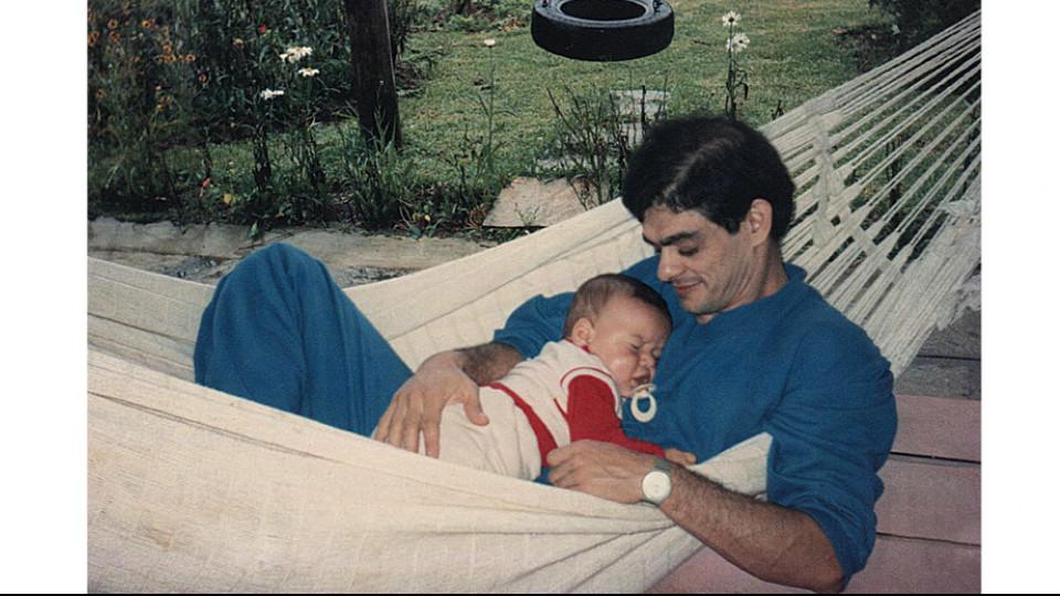 Em 1987, João no sítio dos pais, em Teresópolis, com Yuri, seu filho, aos 6 meses de idade