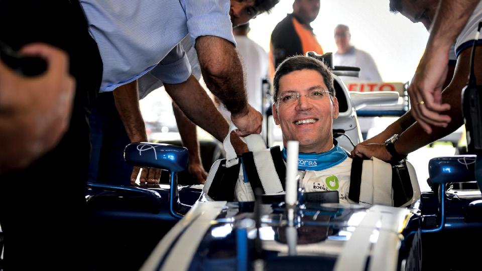 Pilotando um Fórmula 1 em campanha feita em parceria do instituto com a Globo, em 2017