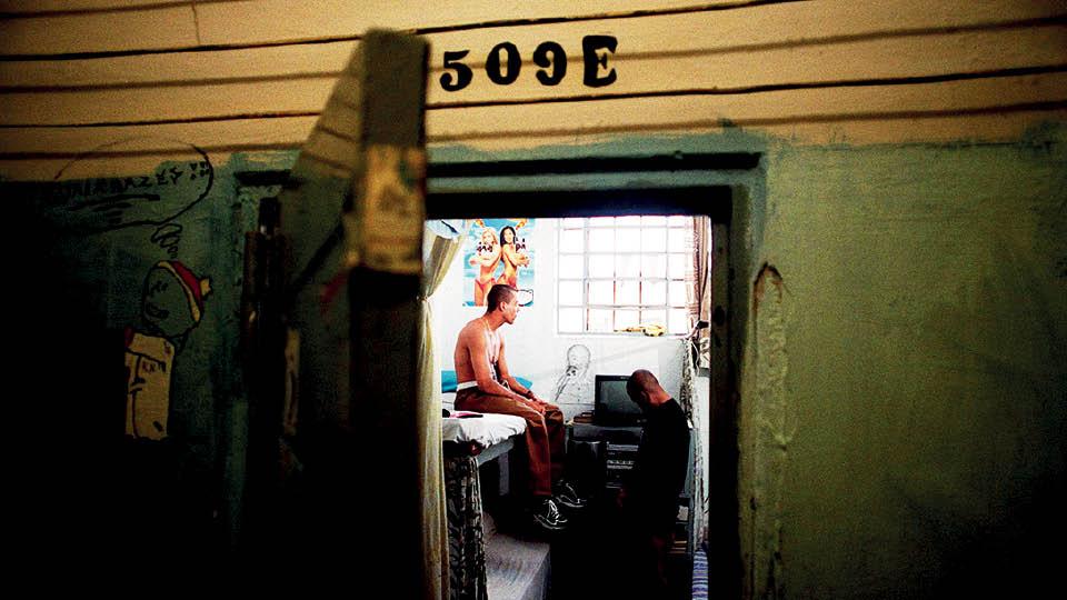 O rapper, no beliche, ao lado de Afro X, seu parceiro no grupo 509 E