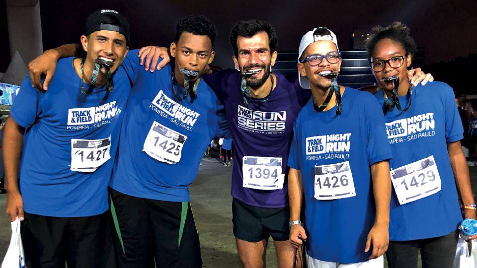 Iberê (no centro) com jovens que incentiva a correr no projeto Sua que é Sua, em 2017
