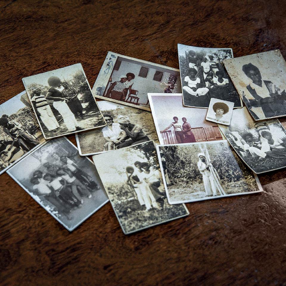 A coleção de fotos de família guardadas  na casa da mãe da Conceição, em BH