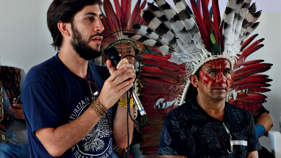 O neurocientista falando sobre pesquisa científica com ayahuasca, em assembleia do povo Huni Kuin, Acre (2019)