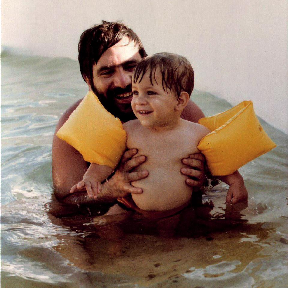Eduardo brincando com o pai, em 1981