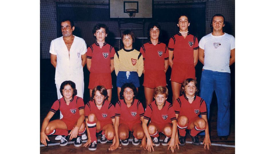 Adolescente (em pé, à dir.), defendendo o Clube Esportivo da Penha, em 1977, aos 14 anos