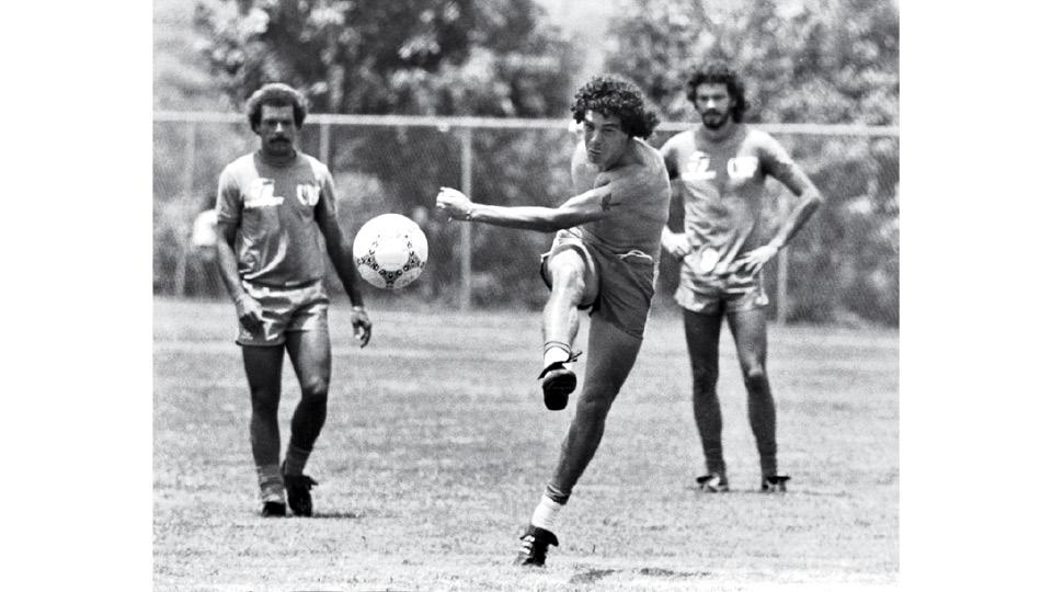 O jogador, entre Júnior e Sócrates, durante treinamento da seleção brasileiro, em 1986
