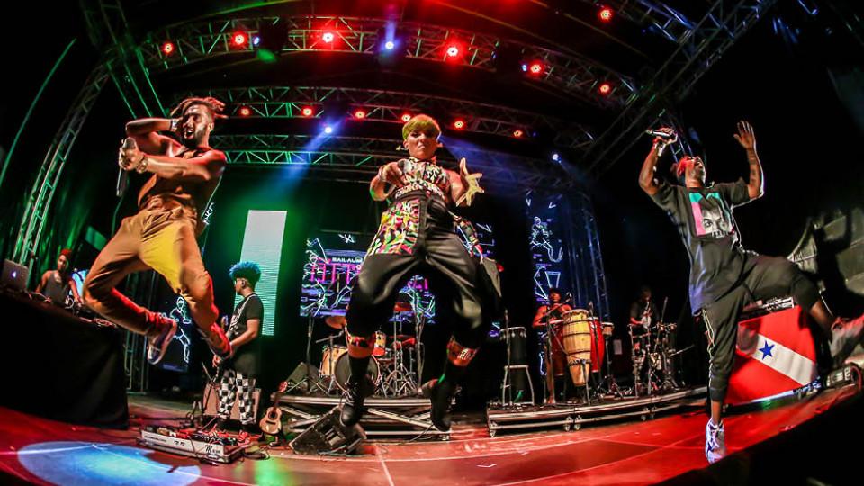 O grupo baiano Àttøøxxá, que se apresentou acompanhado da cantora paraense Keila, fechou o festival Se Rasgum chamando para o palco outros artistas que tinham se apresentado naquela noite