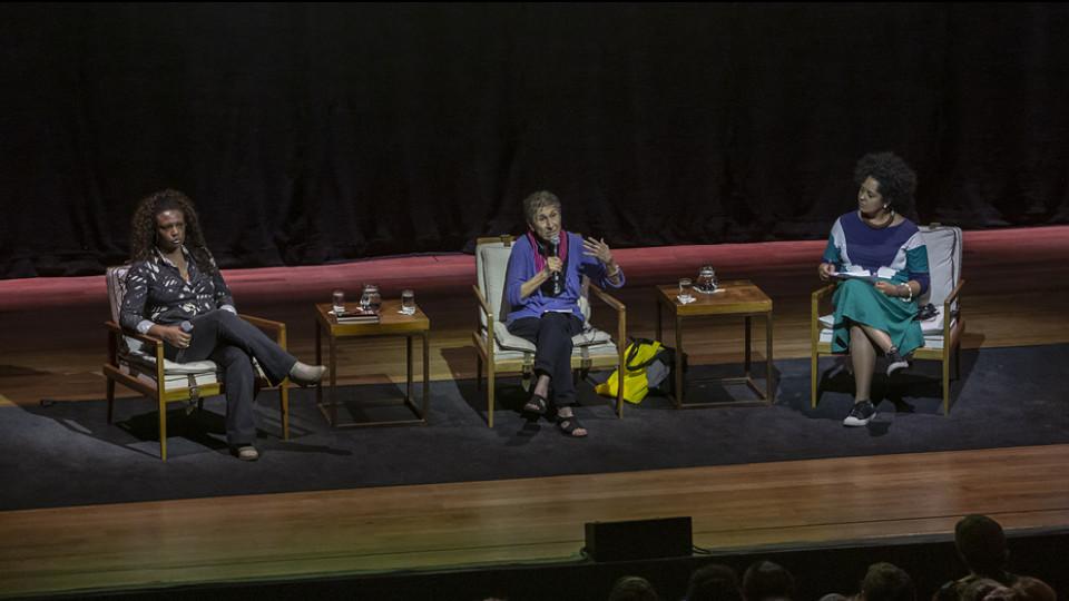 A italiana entre Eliane Dias e Bianca Santana, em evento do Sesc, em São Paulo