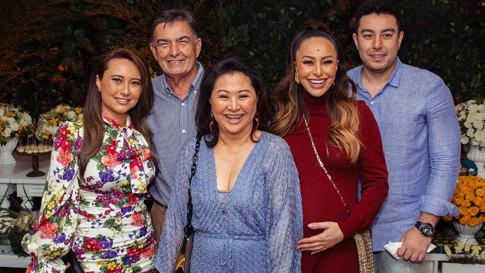Sabrina Sato com os pais, a irmã e o irmão